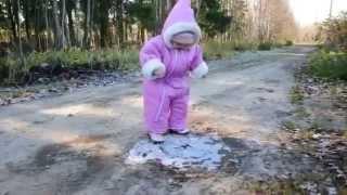 Ребёнок гуляет по льду в первый раз