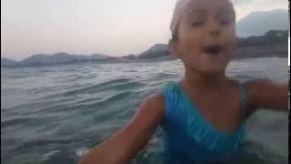Denizde sualtı çekimleri çok fazla balık var, eğlenceli çocuk videosu