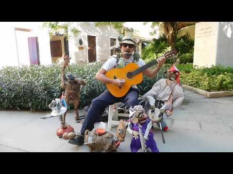 CUBA. HABANA VIEJA. EL HOMBRE ORQUESTA DE MERCADERES
