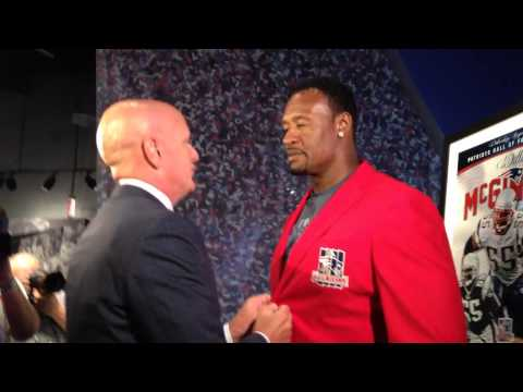 Willie McGinest tries on his Patriots HOF jacket 1st time