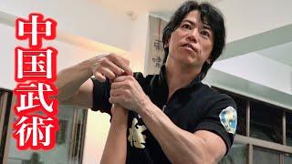 沖縄のカンフー達人、宮平保の危険な技術。それをいかに弟子たちに教えているのか。 次から次へと伝授される驚きの技を20分間一気に見る!(20...