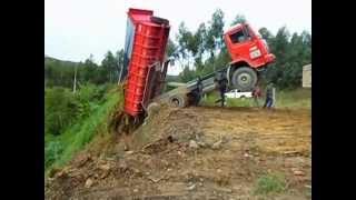 Caminhão da Prefeitura Municipal quase tomba após bascular