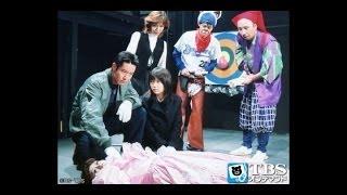 台東区浅草の劇団イタリア座で、手品師・世界千鶴子さん(38)が舞台稽古中...