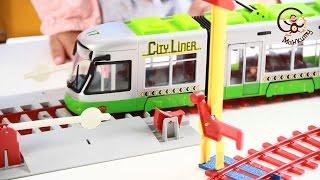 Играемся игрушками машинками. Железной дорогой и общественным транспортом.