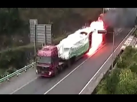 RAW: Heavy truck in flames dashes out of tunnel in China