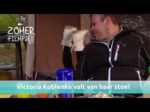 Victoria Koblenko valt van haar stoel van het lachen   Zomerfilmpjes