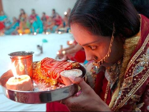 करवा चौथ पूजा के थाल मे रखे सामान का महत्व कया है जाने