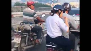 Nữ sinh bê nguyên bát mỳ ngồi ăn sau yên xe máy vì vội đi học