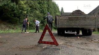 Чоловіки самотужки ремонтували найгіршу карпатську дорогу
