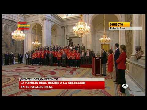 El Rey de España recibe la copa del Mundo