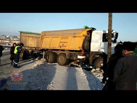 В Ужуре столкнулись два грузовика, погиб водитель
