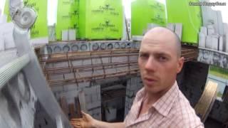 видео Белый бетонный фасад L-образного дома