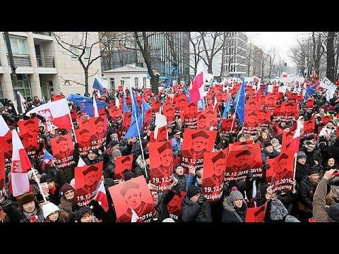 Proteste gegen Polens Regierung - Demonstranten blockieren Parlament