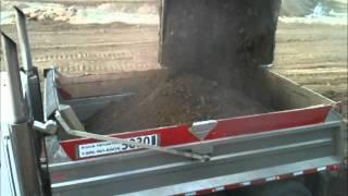 Loading Gravel trucks with John Deere 650D