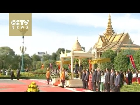 Chinese President Xi Jinping meets with Cambodian King in Phnom Penh