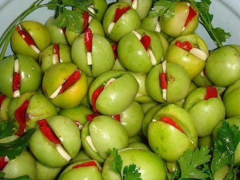 Зеленые помидоры с чесноком и перцем