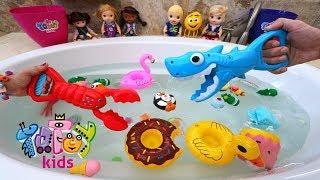 Totoykids juega Pescando Juguetes 🎁🎣 en la Bañera💦🛁!!! Niños contra Niñas!!!