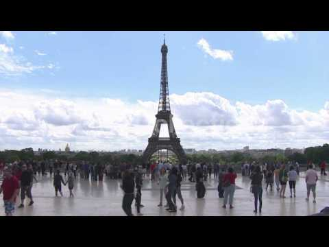 FILE-POLLUTION IN PARIS LEADS TO CAR BAN