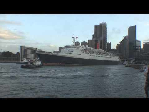 QE2 Leaving Sydney Harbour for the last time