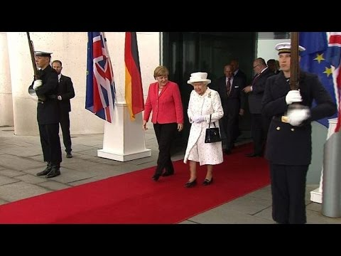 Queen Elizabeth II delights onlookers on Berlin boat trip