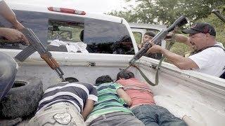 Repeat youtube video Sicarios de los Caballeros Templarios se Entregan alas  Autodefensas en Michoacán