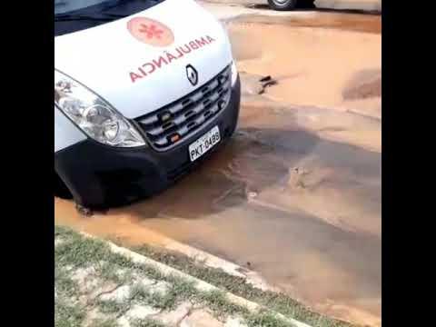 Moradores de Irecê registram veículo do Samu preso em buraco