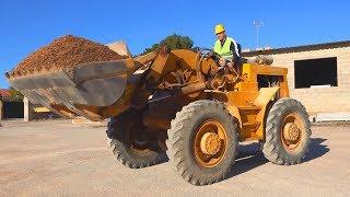 Gros tracteur en panne - Dima sur roues motrices aide un homme