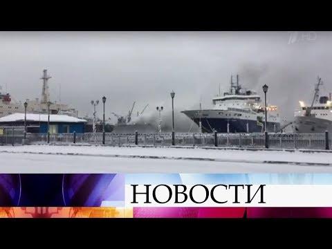ВМурманске насудостроительном заводе тушат сильный пожар нарыболовецком траулере.