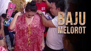 Download Video Larut Dalam Goyang Heboh, Baju Ayu Ting Ting Melorot - Cumicam 16 Oktober 2017 MP3 3GP MP4