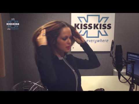 Il saluto hot di Adriana agli ascoltatori di Radio Kiss Kiss