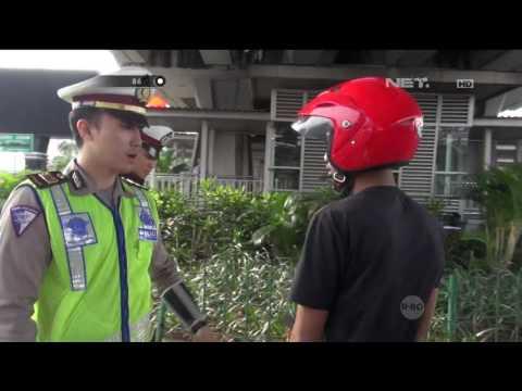 Panik Melihat Polisi, Pengendara Ini Jatuh Dari Motor