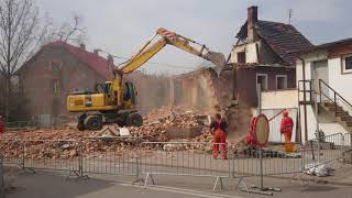12.04.2018 Żarów. Wyburzanie budynku