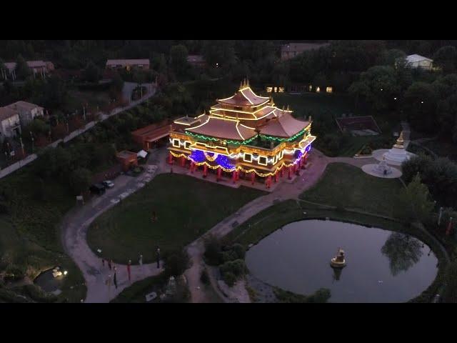 Le Temple de Lerab Ling au crépuscule....