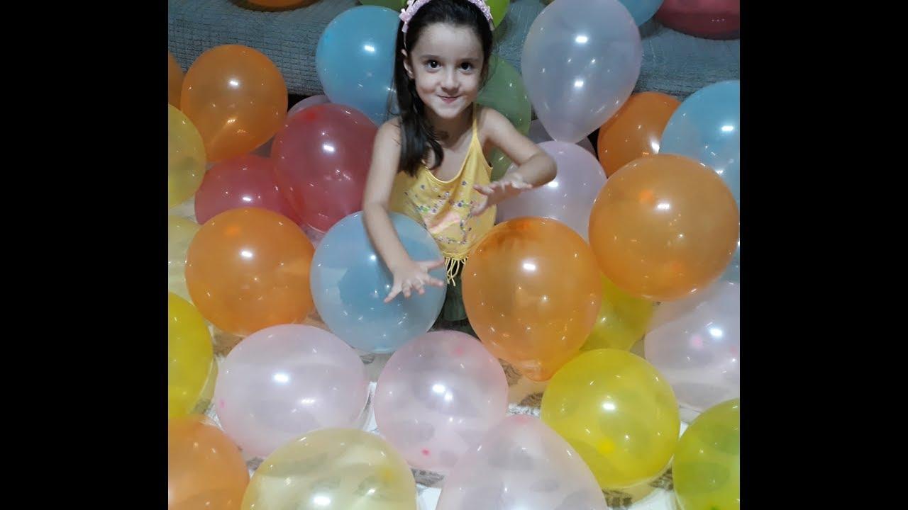Elanur ve Rüzgar İzmir Westpark AVM Toyzz Shoptan aldığı balonlarla parti yapıyor