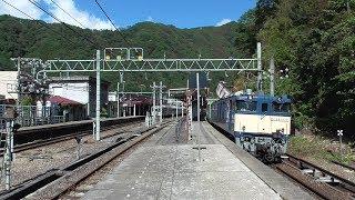 2019年10月23日 上越国境の水上駅から東京を目指し、ゆっくり発車していく山手線用E235系 東トウ46編成 配給列車 電気機関車 EF64 1032 牽引  JR上越線 水上駅