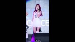 Fancam nén nước mắt của thành viên girlgroup ngã 4 lần làm fan đau lòng
