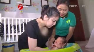 Tya Ariestya Belajar Memandikan Bayi Untuk Pertama Kalinya