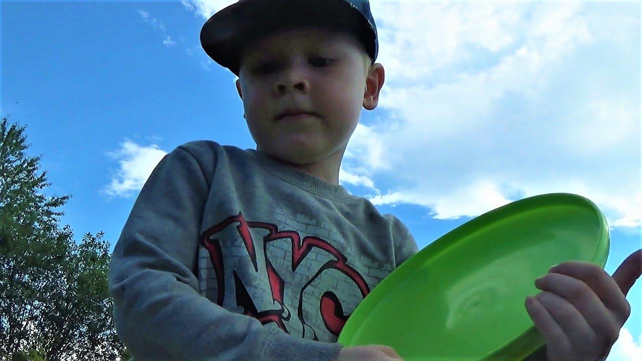 Макс на детской площадке играет в фрисби. Ловим муравьев. Гуляем с ребенком.