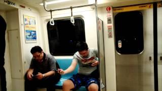 打藝看了不少,在捷運上打藝倒是第一次看到.