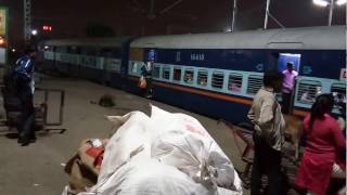Departure of 15025 Mau-Anvt Exp from Lucknow