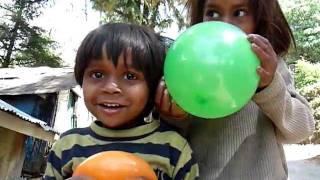 indische Kinder, Luftballons und große Augen, lustig ! - funny kids & balloons in Dharamsala, India