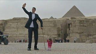 شاهد: أطول رجل في العالم وأقصر امرأة في ضيافة أهرامات مصر