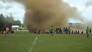 Raro tornado en partido de futbol-!-!