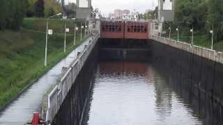 Шлюз на канале (Москва река)(Только закончился спуск воды с канала. Вид и звук проходящей воды просто завораживает., 2013-09-22T19:54:04.000Z)
