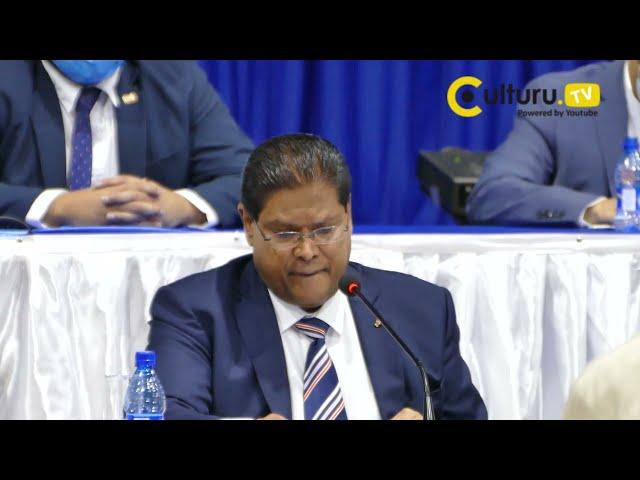 Suriname President Santhoki tijdens regeringspersconferentie