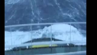 Riesen-Wellen lassen Kapitän kalt
