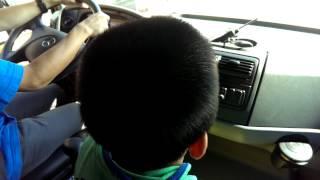 元哉5歳・メルセデス・ベンツ ゼトロスに乗る