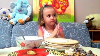 Лиза готовит и украшает торт