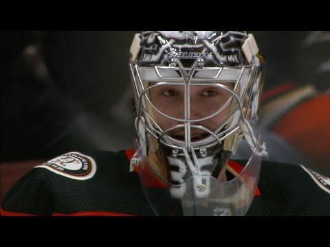 Ducks' Gibson makes two spectacular but very different glove saves vs. Hurricanes