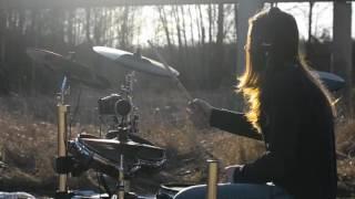 девочка классно играет на барабанах